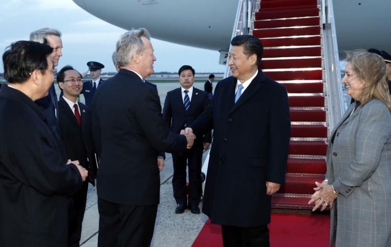 3月30日,国家主席习近平抵达美国首都华盛顿,应美国总统奥巴马邀请,出席第四届核安全峰会。美国政府高级官员到机场迎接习近平。新华社记者 鞠鹏 摄