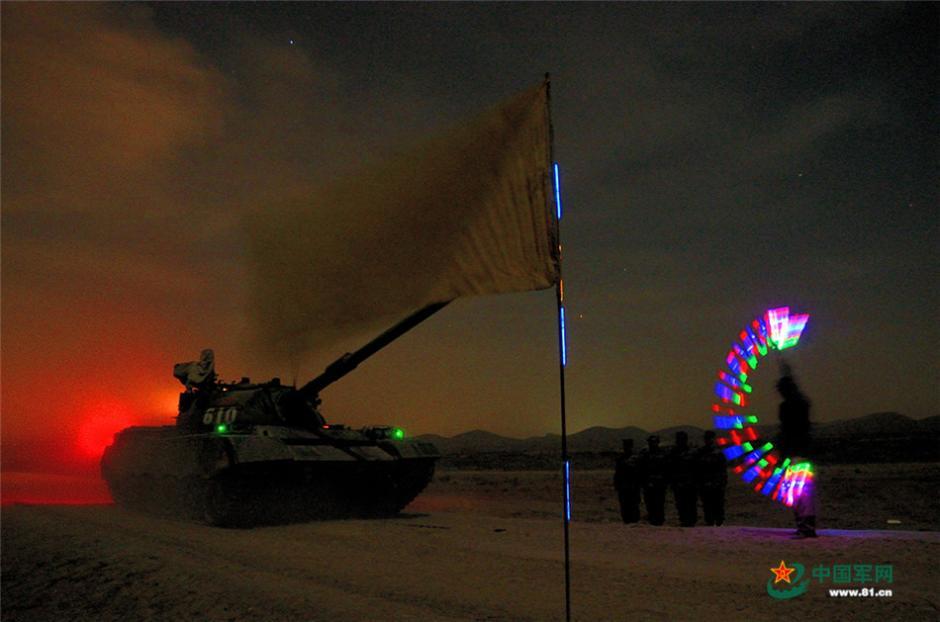 解放军西部战区某装甲团开展夜间强化训练
