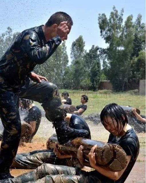 抓蛇吃虫:解放军女子特战队这样训练