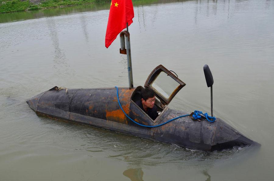 мужчина строит лодку