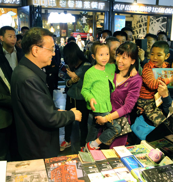 Premier Li tours Chengdu alley, promotes Chinese beer