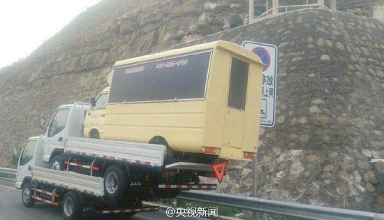 5月16日消息,在山西高速路上,交警拦下了如图的这辆车。司机称这样做为省运费。最终,因超高、超载等,被警方罚款200元,记1分,并被责令换专门车辆运输。央视记者