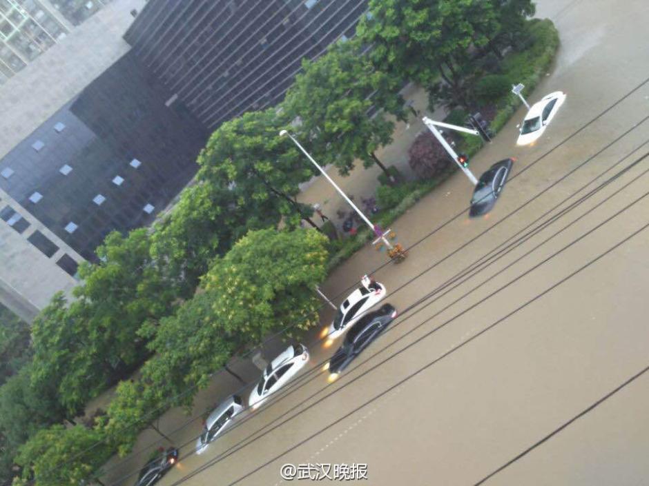 武汉急降暴雨开启看海模式 行车如行船