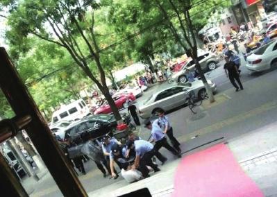 北京一精神病男子持菜刀砍伤两民警