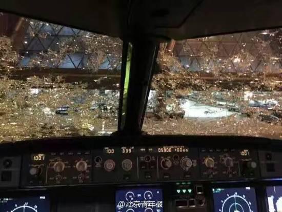 南航航班飞行途中遭冰雹袭击被砸花