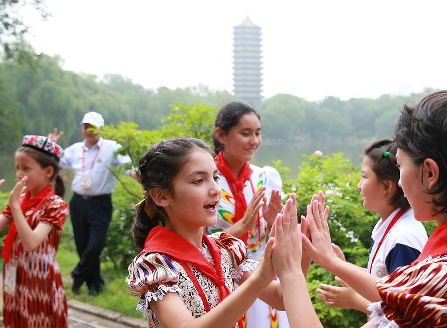 Left-behind children enjoy free tour of Beijing