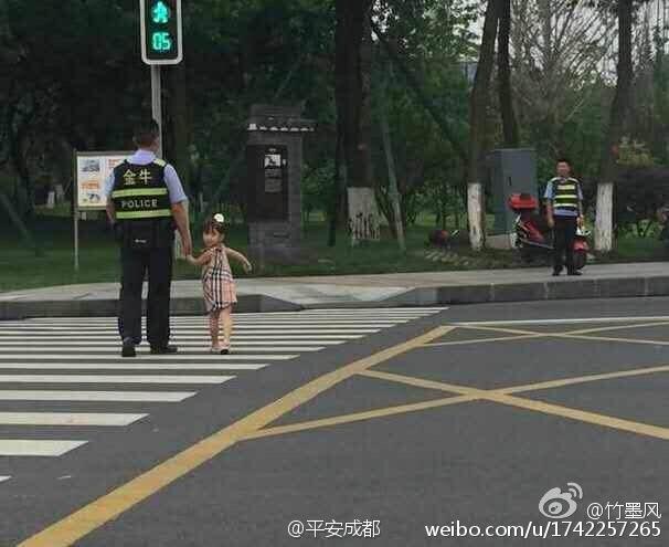 """12天沒見爸爸 女兒央求媽媽""""路過""""執勤點送西瓜(圖)"""