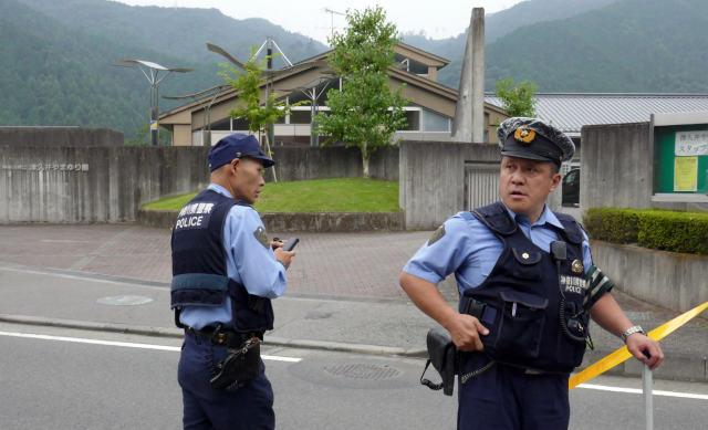 7月26日,在日本神奈川縣相模原市,警察在發生持刀行凶案的殘疾人福利院外警戒。新華社/法新