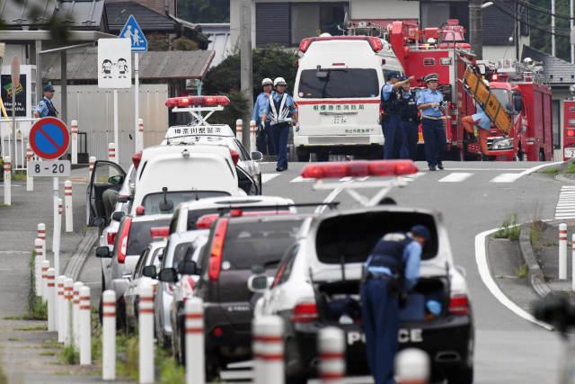 7月26日,在日本神奈川縣相模原市,警察和救援人員在發生持刀行凶案的殘疾人福利院外工作。新華社/路透