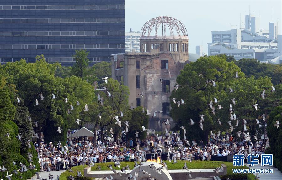 8月6日,鸽子在日本广岛和平纪念公园上空飞翔.