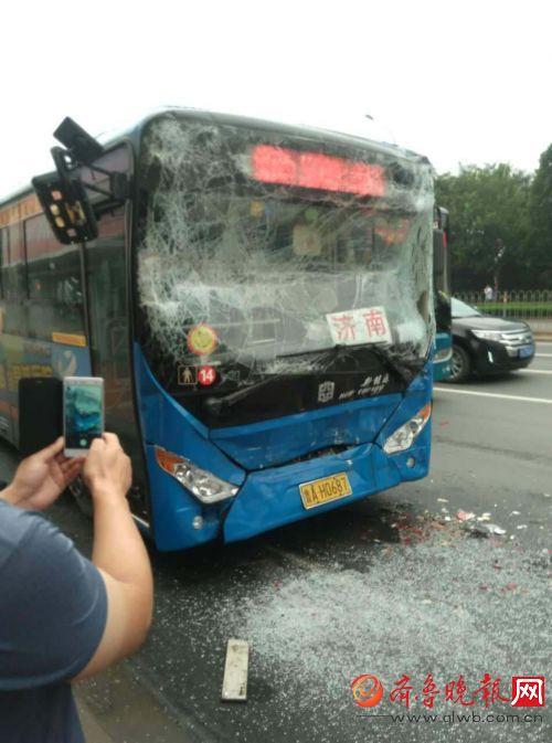 齐鲁晚报8月7日讯(记者 郑帅 实习生 张瑶 叶专)8月7日上午7时许,历城区工业南路会展中心附近一公交站牌处,两辆公交车发生追尾,造成前后两车上共11名乘客受伤,所幸伤情并不严重,目前已经被送到医院治疗。