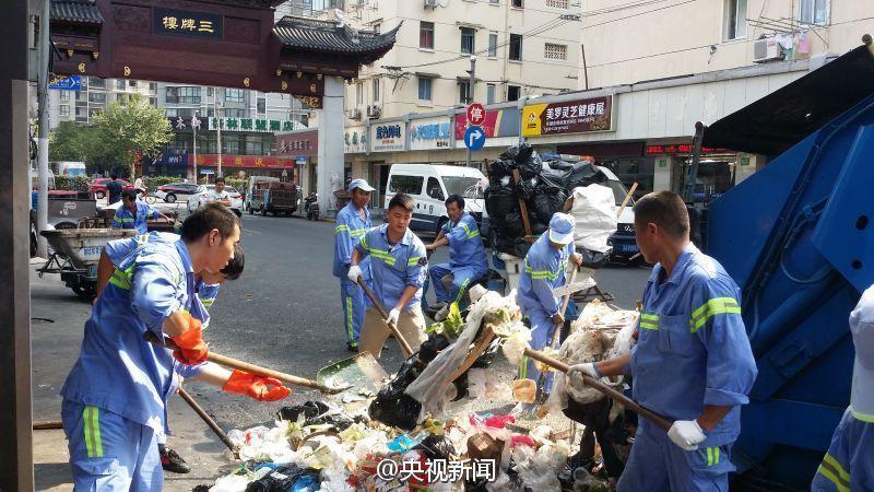 上海环卫工翻遍5吨垃圾帮游客找回手机
