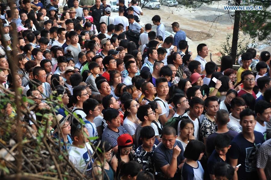 CHINA-HUNAN-ZHANGJIAJIE-GLASS-BOTTOM BRIDGE (CN)