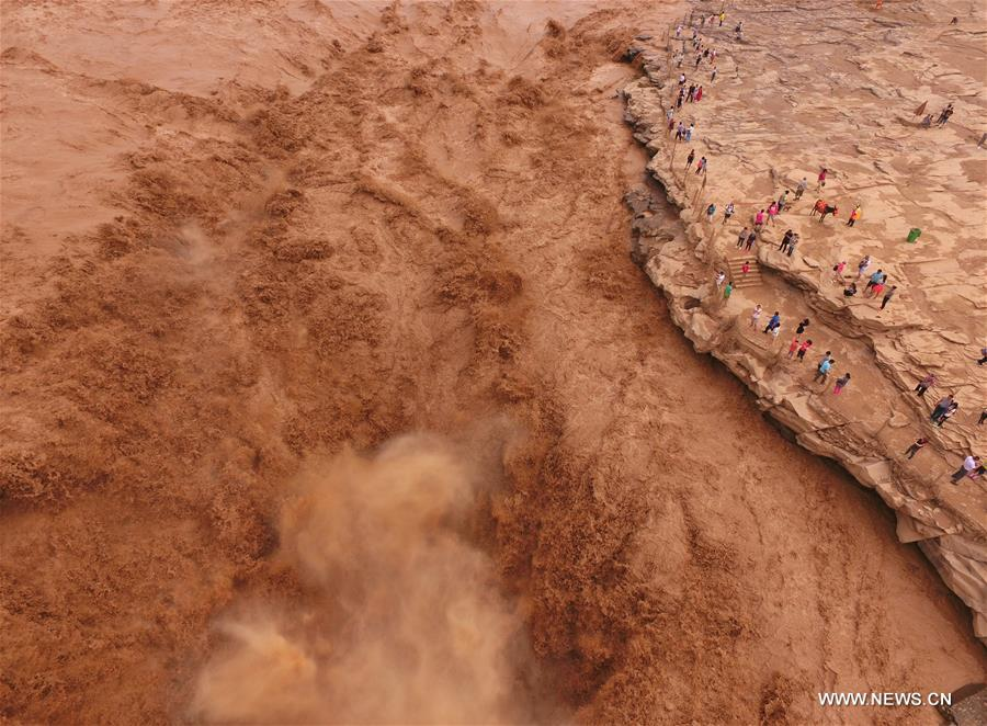 Aerial photo taken on Aug. 25, 2016 shows the Hukou Waterfalls on the Yellow River in Linfen, north China's Shanxi Province. (Xinhua/Niu Yixin)
