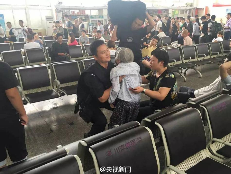 特警抱80岁老奶奶狂奔 只为让她赶上火车