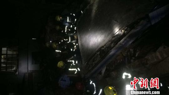 浙江一民宅倒塌致5人被埋2人已抢救无效死亡(图)