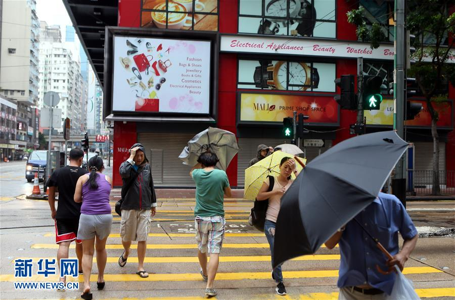 10月21日,市民撑伞在香港湾仔街头行走。新华社记者 李鹏 摄