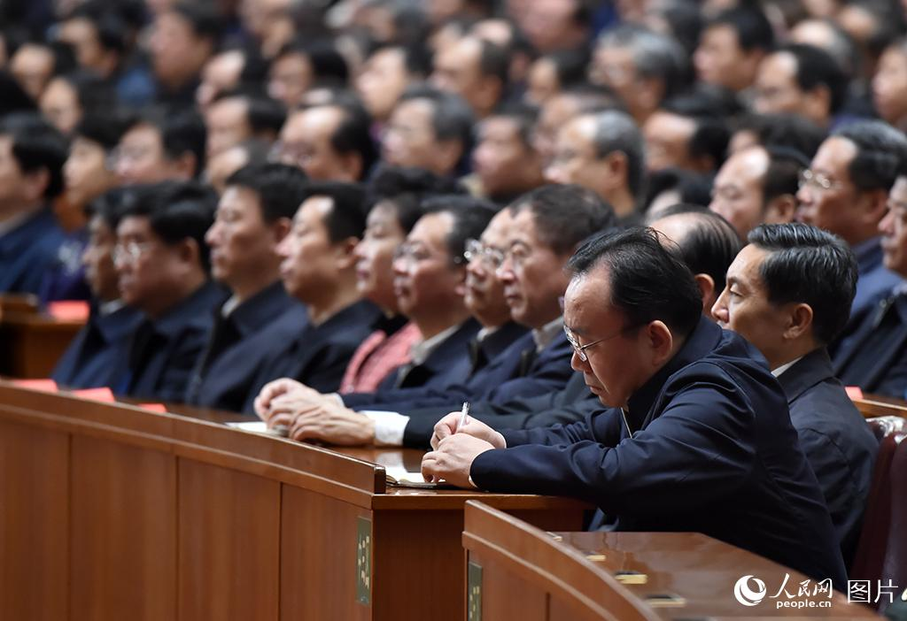 纪念中国红军长征胜利80周年大会举行,与会人员认真记录习近平讲话内容。人民网 翁奇羽摄