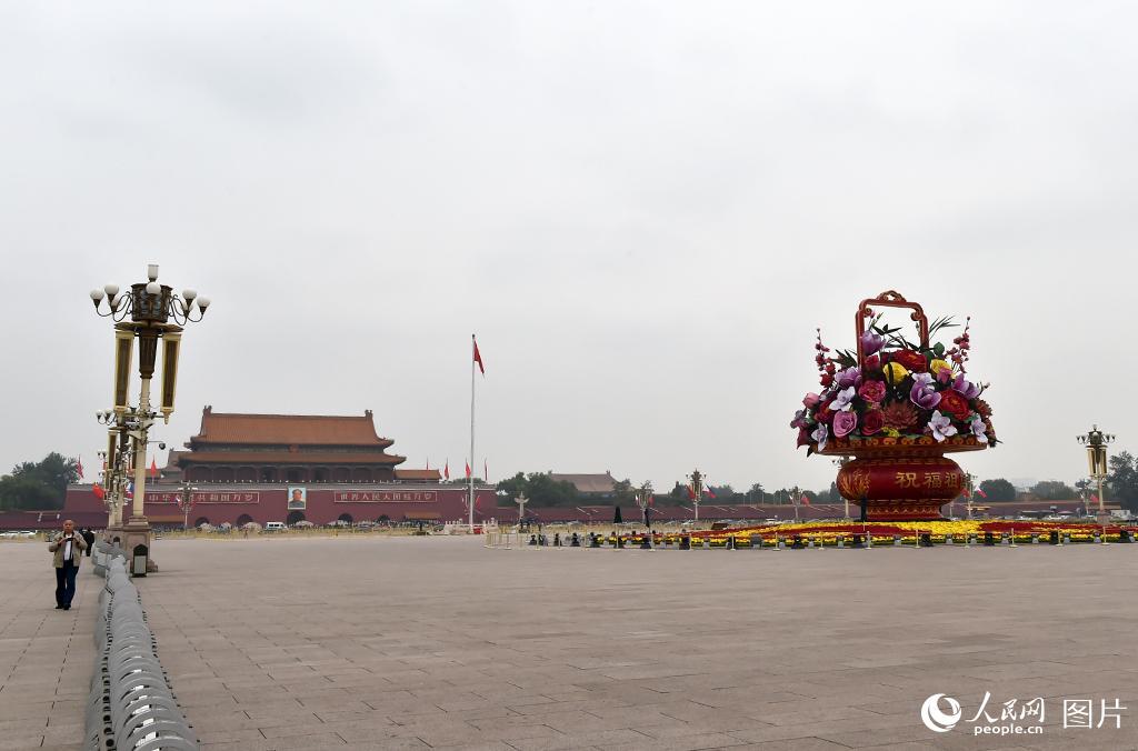 纪念红军长征胜利80周年大会即将举行,祝福祖国主题花坛。人民网 翁奇羽 摄影