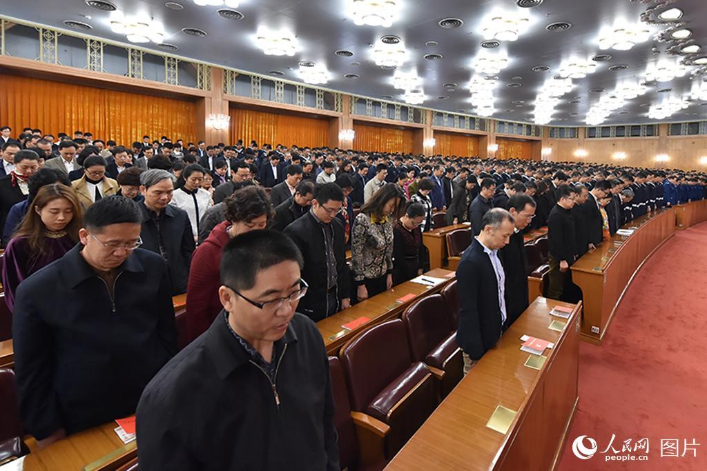 纪念中国红军长征胜利80周年大会举行,与会人员默哀。人民网 翁奇羽摄