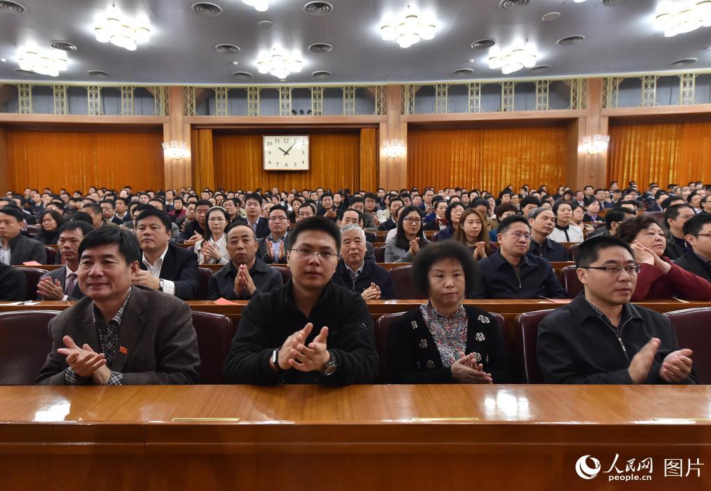 纪念中国红军长征胜利80周年大会举行,与会人员认真听会。人民网 翁奇羽摄