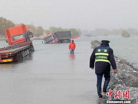 受塔河输水影响G218线道路被淹公路部门苦战30小时通车(图)