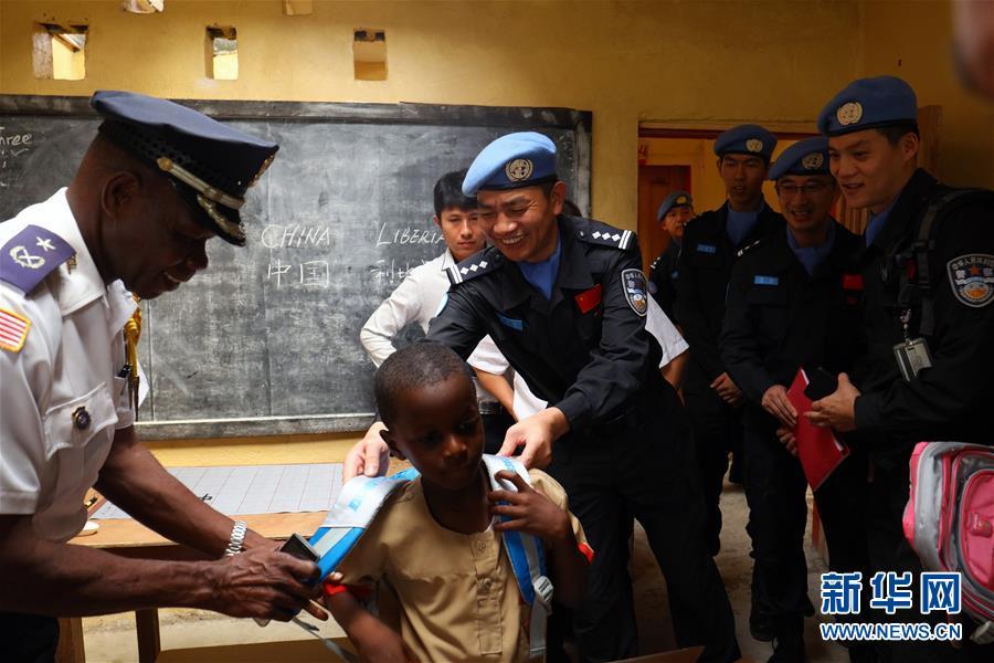 """(国际)(1)中国第四支驻利比里亚维和警察防暴队开展""""蓝丝巾""""爱心助学活动"""