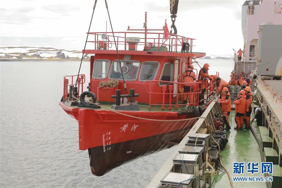 """""""雪龙""""号科考船为南极科考队长城站补给卸货"""