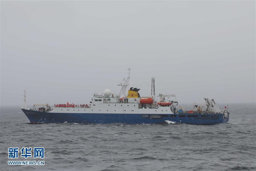 """26年后 中国科考船南极再""""会师"""""""