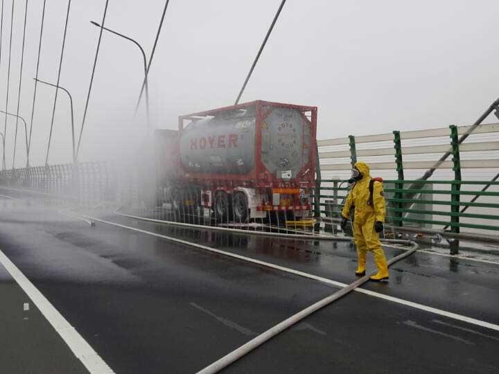 今天早上8时40分左右,浙江宁波消防指挥中心接到报警称:杭州湾大桥上海往宁波方向1395K+400处(离海天一洲2公里左右),一辆货车装有19吨己二胺发生泄漏。