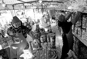 北京烟花销售首日摊点乏人问津 摊主 靠天吃饭