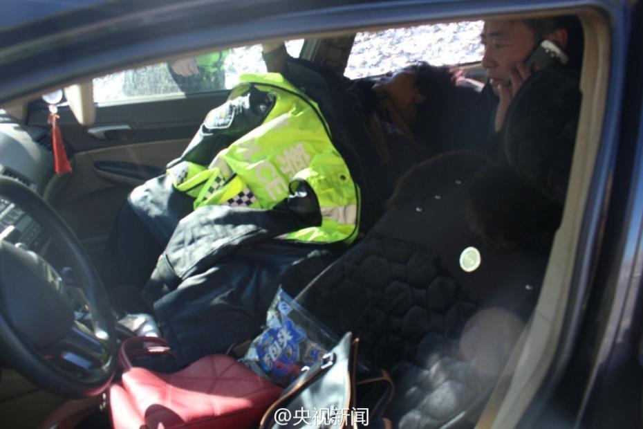 女子盘山路遇车祸被困 多部门空中营救
