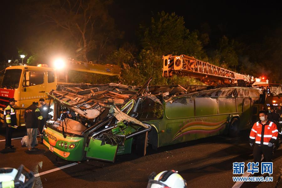 2月14日,事故车辆车体被吊车扶正。新华社记者 欧东衢 摄