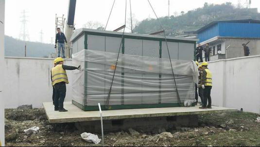 渝黔铁路贵州段首台箱式变电站吊装就位