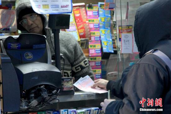 资料图:纽约曼哈顿一彩票售卖点人们排队购买彩票。 <a target='_blank'  data-cke-saved-href='http://www.chinanews.com/' href='http://www.chinanews.com/'><p  align=