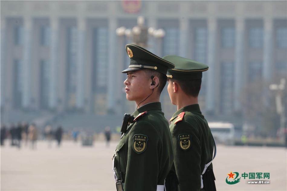 """十里春风不如你 武警官兵""""站""""出两会精气神【3】"""