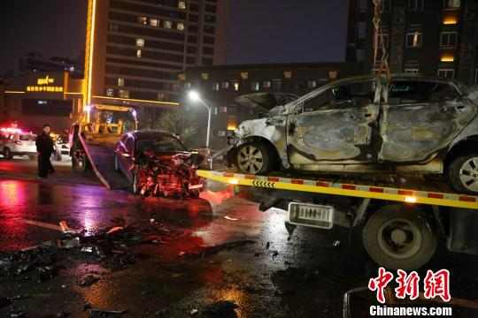 南昌一立交桥三车相撞起火致1死4伤车辆面目全非(图)