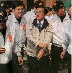 陈水扁徒步走进医院治疗(图片来原:台湾今日新闻网)