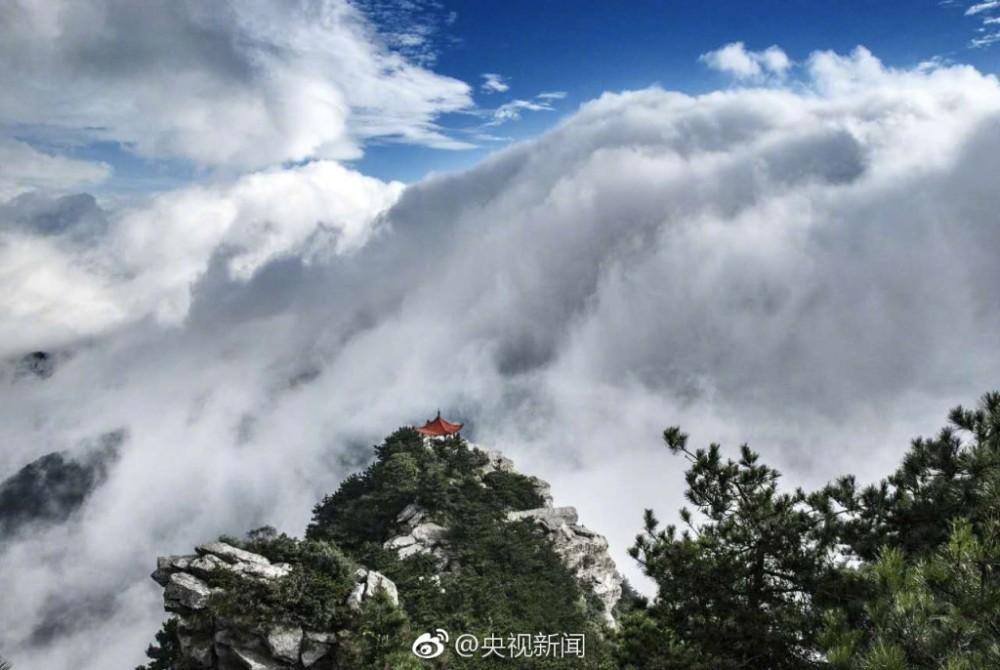 壮观!庐山现瀑布云 流转山涧