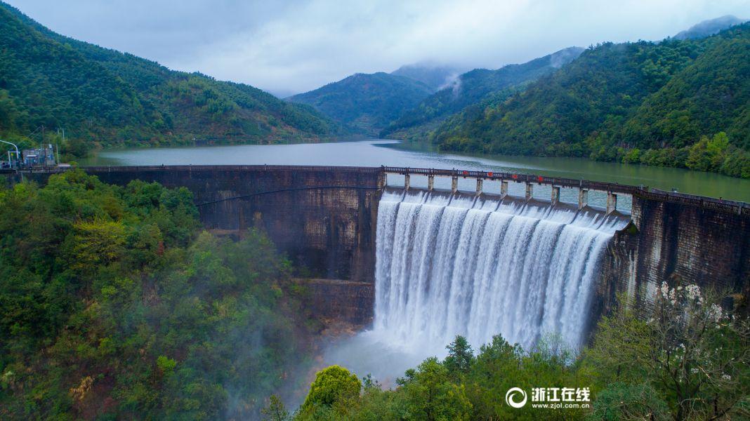 浙江浦江水库泄洪 场面壮观如瀑布