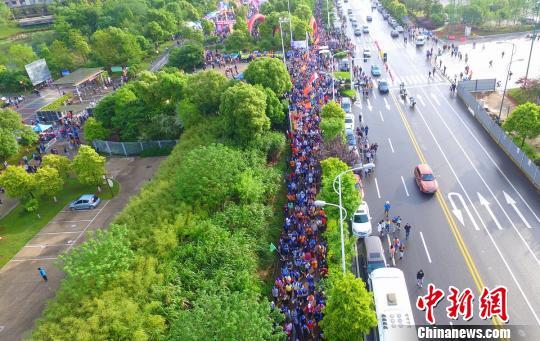 """""""湖南百公里""""开拔万人徒步穿行长株潭三市(图)"""