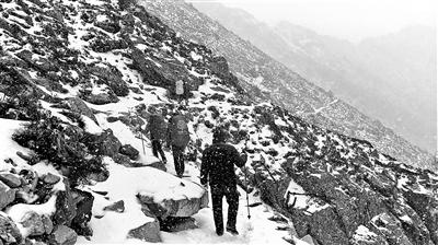 陕西秦岭遭遇暴风雪 两名驴友遇难1人失联