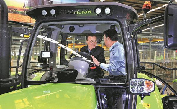 Li gets close look at China-made tractor