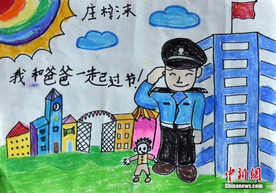 浙江孩童手绘警察爸妈形象 画笔勾勒纯真感情