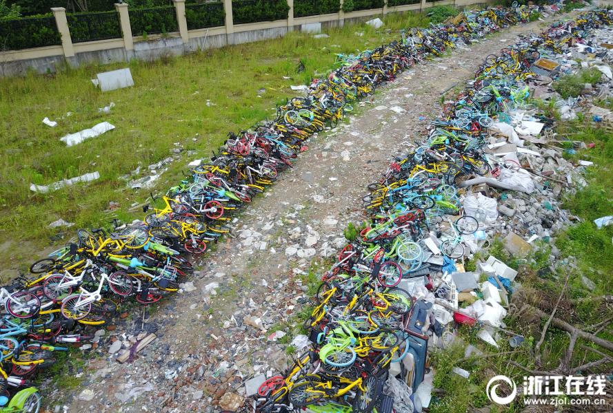 杭州一空地堆放上千辆共享单车【4】