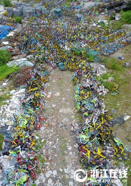 杭州一空地堆放上千辆共享单车【3】
