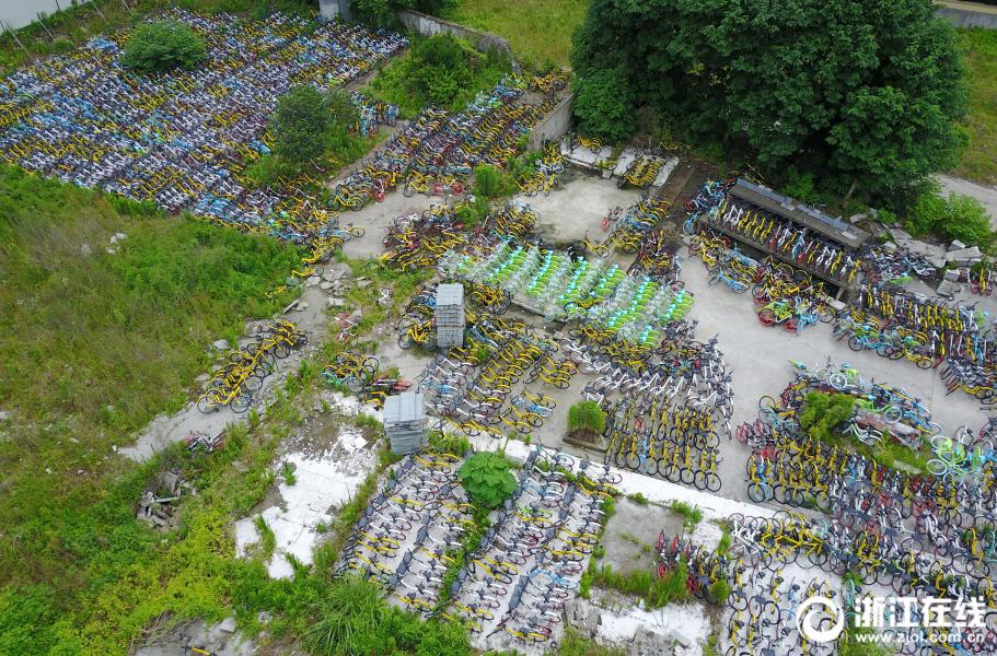 杭州一空地堆放上千辆共享单车【2】