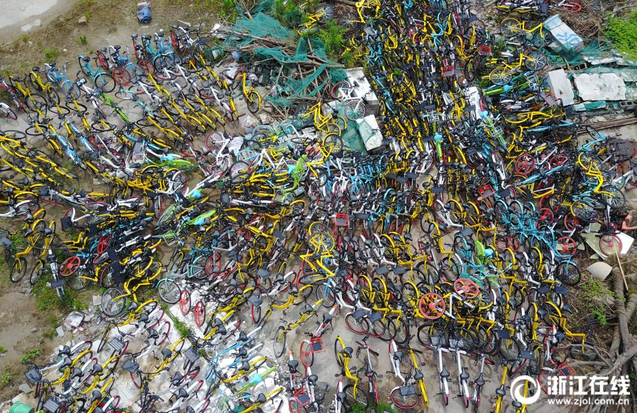 杭州一空地堆放上千辆共享单车