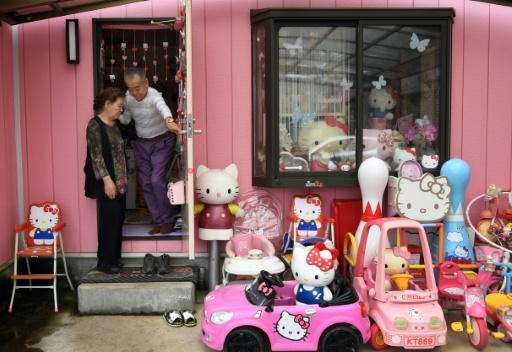 日本退休警察收集海量凯蒂猫玩偶 这泛滥的少女心呐!