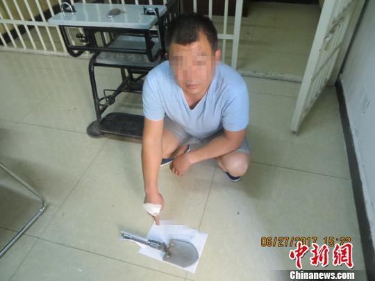 陕西一男子因停车位被占怒砸两车被刑拘